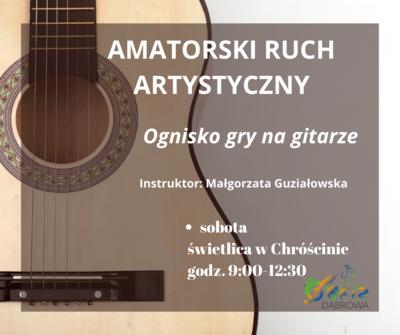 Ognisko gry na gitarze
